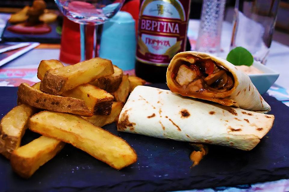 Τσίλι-μπουρίτος-συνοδευμένα-με-πατάτες-country